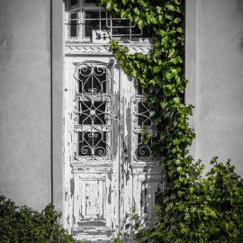 Jak kreatywnie wykorzystać stare drzwi wejściowe w aranżacji wnętrz?